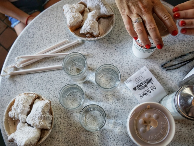 cafe-du-monde-table